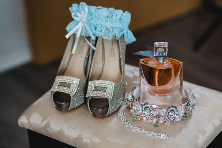 94260319 - getting ready groom bride wedding